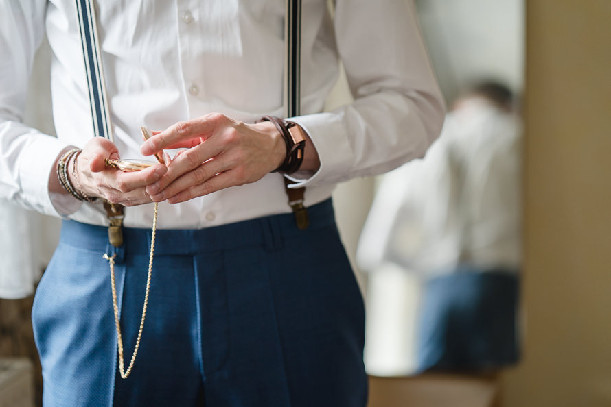 Getting Ready (Ankleide) mit Blick auf die Uhr