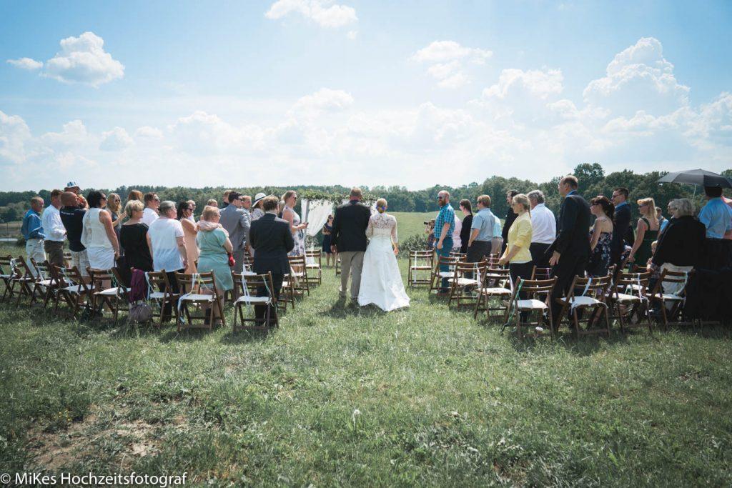 Trauung auf Wiese mit MiKe's Hochzeitsfotograf aus Berlin