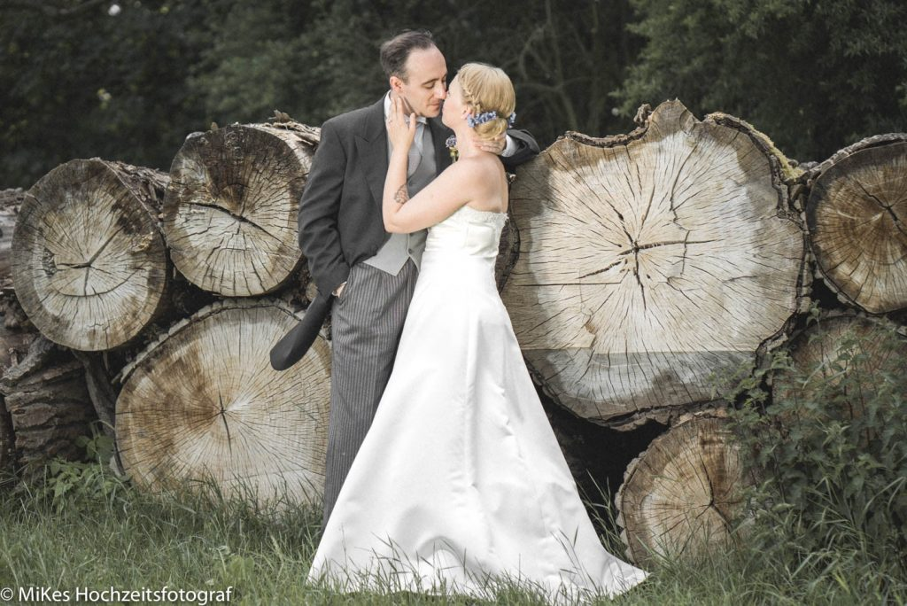 Brautpaar Baumstämme Hochzeitsfoto
