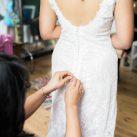 Getting Ready Vintage Hochzeitskleid knöpfen