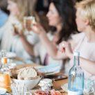 Gäste bei Essen auf einer Hochzeit
