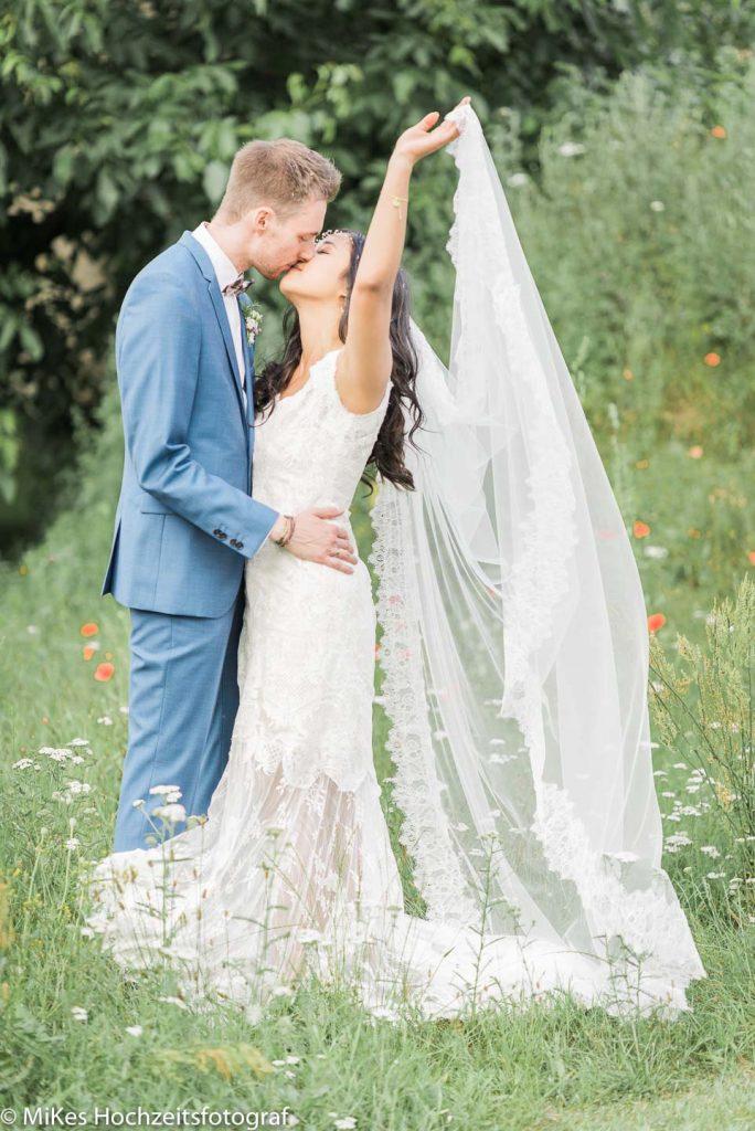 Brautpaar im Garten Hochzeitsfotos