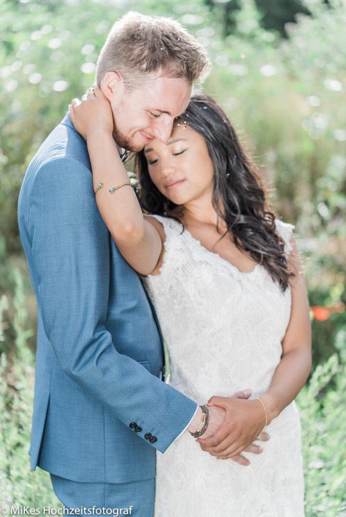 Hochzeitsreportage Thi und Patrick Umarmung