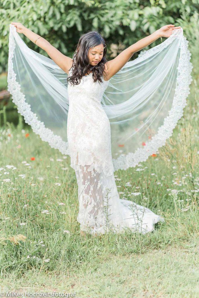 Vintage Hochzeitskleid im Garten