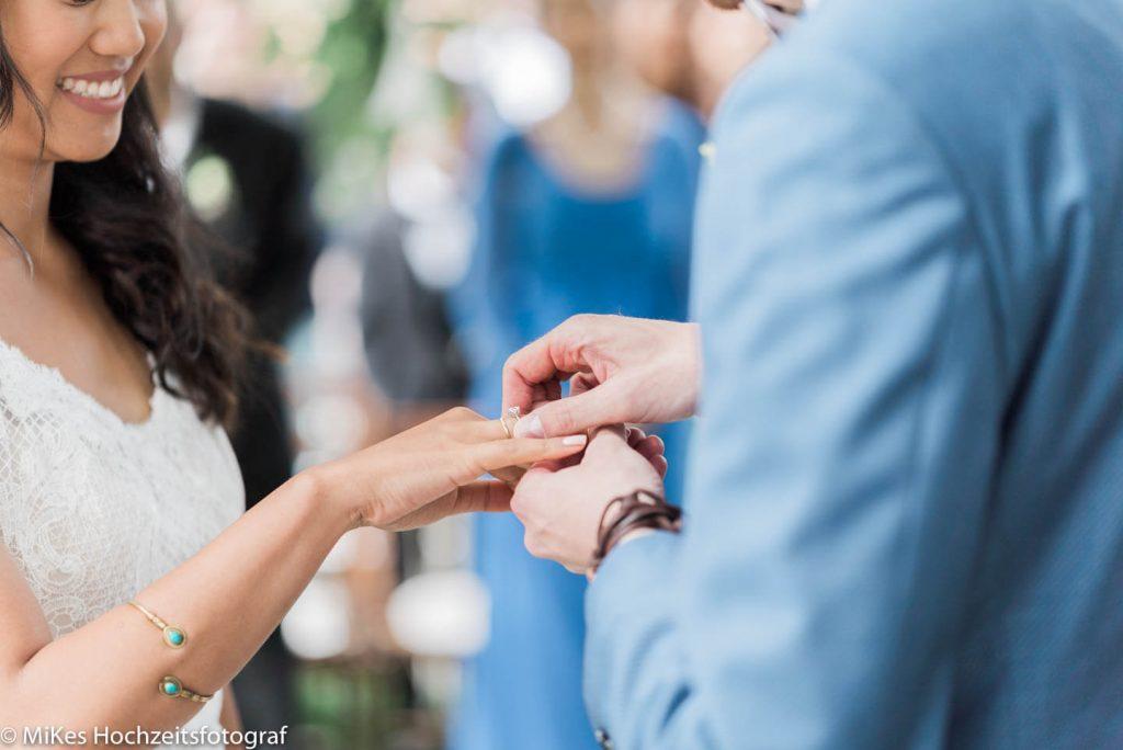 Hochzeitsreportage ring anstecken, Hochzeitsfotos von MiKe's Hochzeitsfotograf aus Berlin