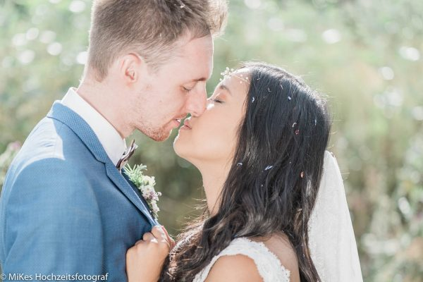 Kuss auf Vintagehochzeit fotografiert von MiKe's Hochzeitsfotograf